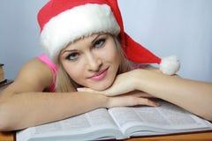 Schöne Blondine im roten Hubcap mit Büchern Lizenzfreie Stockfotografie