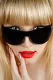 Schöne Blondine im Sonnenbrillenahaufnahmeportrait Stockfoto