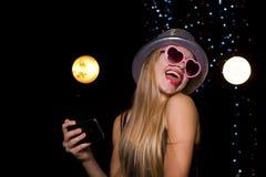 Schöne Blondine macht selfie an der Disco Stockbild