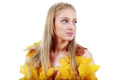 Schöne Blondine mit blauen Augen im Kleid von Blättern Lizenzfreie Stockbilder