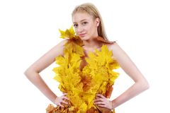Schöne Blondine mit blauen Augen im Kleid von Blättern Stockbilder