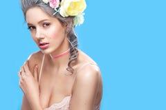 Schöne Blondine mit Blumen auf Kopf Süße sexy Dame Abbildung der roten Lilie Art und Weisefoto Stockbilder