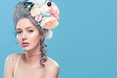 Schöne Blondine mit Blumen auf Kopf Süße sexy Dame Abbildung der roten Lilie Modefoto mit Kopienraum Lizenzfreie Stockbilder