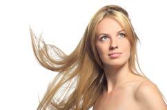 Schöne Blondine mit dem Flugwesenhaar Stockfotografie