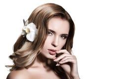 Schöne Blondine mit dem langen gewellten Haar Lizenzfreie Stockfotografie
