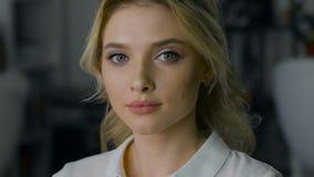 Schöne Blondine mit dem Make-up und Frisur, untersuchend die Kamera stock video footage
