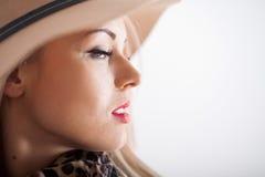 Schöne Blondine mit den rote Lippenlangen Wimpern und einem Hut Lizenzfreie Stockfotos