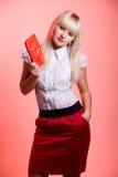 Schöne Blondine mit einem roten Fonds Lizenzfreies Stockfoto
