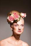 Schöne Blondine mit einem Wreath der Blumen Lizenzfreies Stockbild