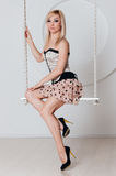 Schöne Blondine mit einer perfekten Zahl auf Schwingen Stockbilder
