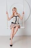 Schöne Blondine mit einer perfekten Zahl auf Schwingen Lizenzfreies Stockbild