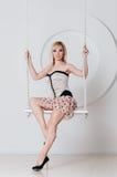Schöne Blondine mit einer perfekten Zahl auf Schwingen Lizenzfreie Stockfotografie