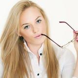 Schöne Blondine mit Gläsern Stockfotos