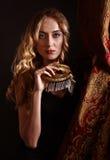 Schöne Blondine mit Goldvenetianischer Maske Stockfotos