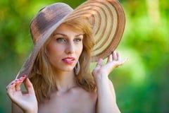 Schöne Blondine mit Hut draußen Lizenzfreie Stockfotos