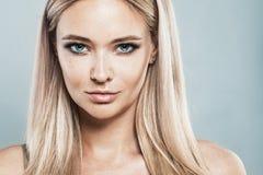 Schöne Blondine mit natürlichem Make-up, blondes Haar Stockbilder