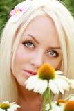Schöne Blondine mit Typenscheibe Stockbild