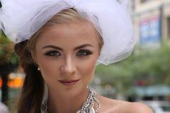 Schöne Blondine mit weißer Brautschleiernahaufnahme Stockfotografie