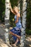 Schöne Blondine nahe bei einer Birke Lizenzfreies Stockbild