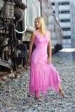 Schöne Blondine neben einer Serie Lizenzfreies Stockfoto