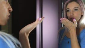 Schöne Blondine stellen sich durch den Spiegel zur Schau stock video footage