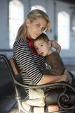 Schöne Blondine und ihr kleiner Sohn zusammen Lizenzfreies Stockbild