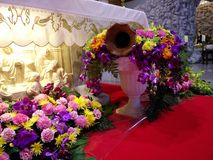 Schöne Blume in der Kirche lizenzfreies stockfoto