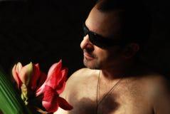 Schöne Blume und der moderne Mann Stockbilder