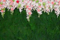 Schöne Blume und grüner Blatthintergrund für Hochzeitszeremonie lizenzfreie stockfotografie