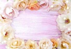 Schöne Blumen auf einem hölzernen Hintergrund stockfoto