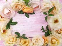 Schöne Blumen auf einem hölzernen Hintergrund lizenzfreie stockfotografie