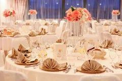 Schöne Blumen auf Tabelle in einem Hochzeitstag stockbilder