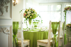 Schöne Blumen auf Tabelle im Hochzeitstag Lizenzfreie Stockfotos