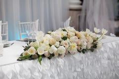 Schöne Blumen auf Tabelle im Hochzeitstag Stockfotografie