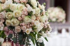 Schöne Blumen auf Tabelle im Hochzeitstag Stockbilder