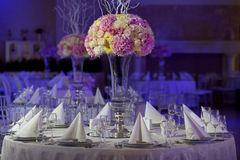 Schöne Blumen auf Tabelle im Hochzeitstag Luxusfeiertagshintergrund Lizenzfreies Stockbild