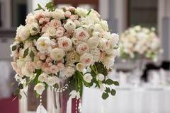 Schöne Blumen auf Tabelle im Hochzeitstag Luxusfeiertagshintergrund Lizenzfreies Stockfoto