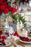 Schöne Blumen auf Tabelle im Hochzeitstag Luxusfeiertagshintergrund Lizenzfreie Stockfotografie