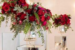 Schöne Blumen auf Tabelle im Hochzeitstag Luxusfeiertagshintergrund Lizenzfreie Stockfotos
