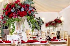 Schöne Blumen auf Tabelle im Hochzeitstag Luxusfeiertagshintergrund Stockfoto
