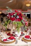 Schöne Blumen auf Tabelle im Hochzeitstag Luxusfeiertagshintergrund Stockbild