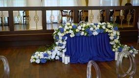 Schöne Blumen auf Tabelle, wenn day-2 geheiratet wird stock footage