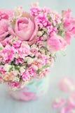 Schöne Blumen der frischen Rosen in einem Kasten Lizenzfreie Stockfotografie