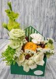 Schöne Blumen in einem Umschlag Luxuriöser Blumenstrauß mit Blumen und Früchten Stockfotos
