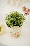 Schöne Blumen im Eimer auf Tabelle Stockfoto