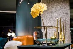Schöne Blumen im ungewöhnlichen Glasvase in einem Innenraum von Wohnungen Ein Dekor für das Haus und das Büro betriebe Natürliche lizenzfreies stockfoto