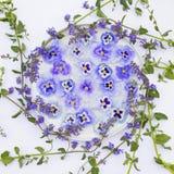Schöne Blumen vereinbart in einem Kreis Stockfoto