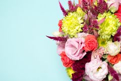 schöne Blumengesteck-, rosa und Roterose, rosa Eustoma, gelbe Chrysantheme Stockbilder