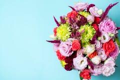 schöne Blumengesteck-, rosa und Roterose, rosa Eustoma, gelbe Chrysantheme Stockfotos