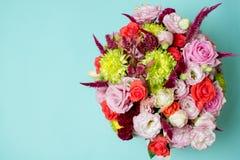schöne Blumengesteck-, rosa und Roterose, rosa Eustoma, gelbe Chrysantheme Lizenzfreies Stockbild